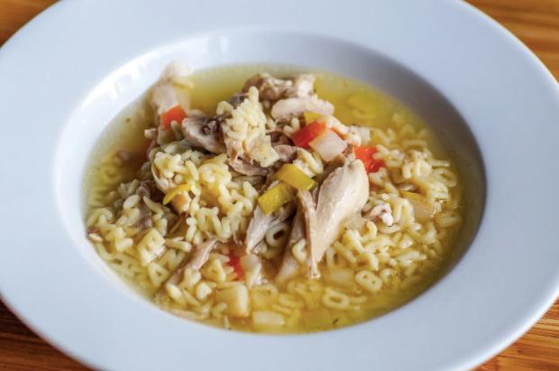 Supa de pui – gustul copilăriei într-o singură lingură