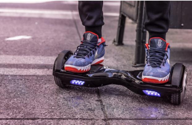 Hoverboard vs. scuter electric vs. skateboard. Ce variantă să alegi?