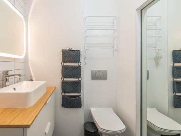 Soluții simple de design pentru o baie mică